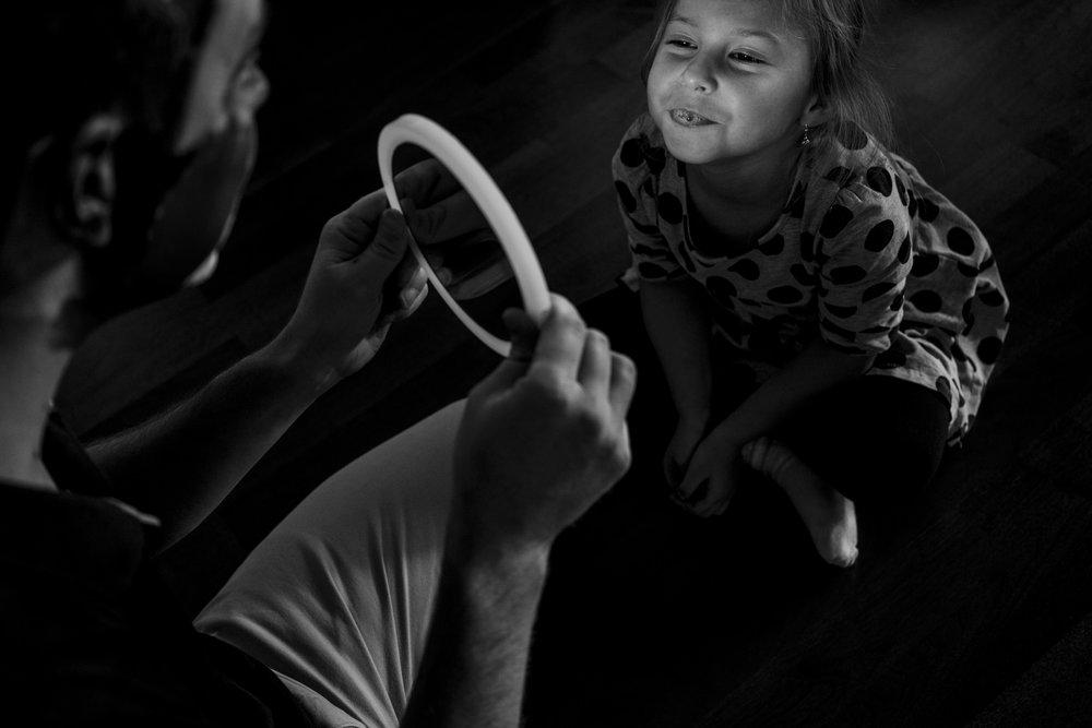 Eines meiner liebsten Familienfotos - Mädchen schaut sich im Spiegel an und lacht