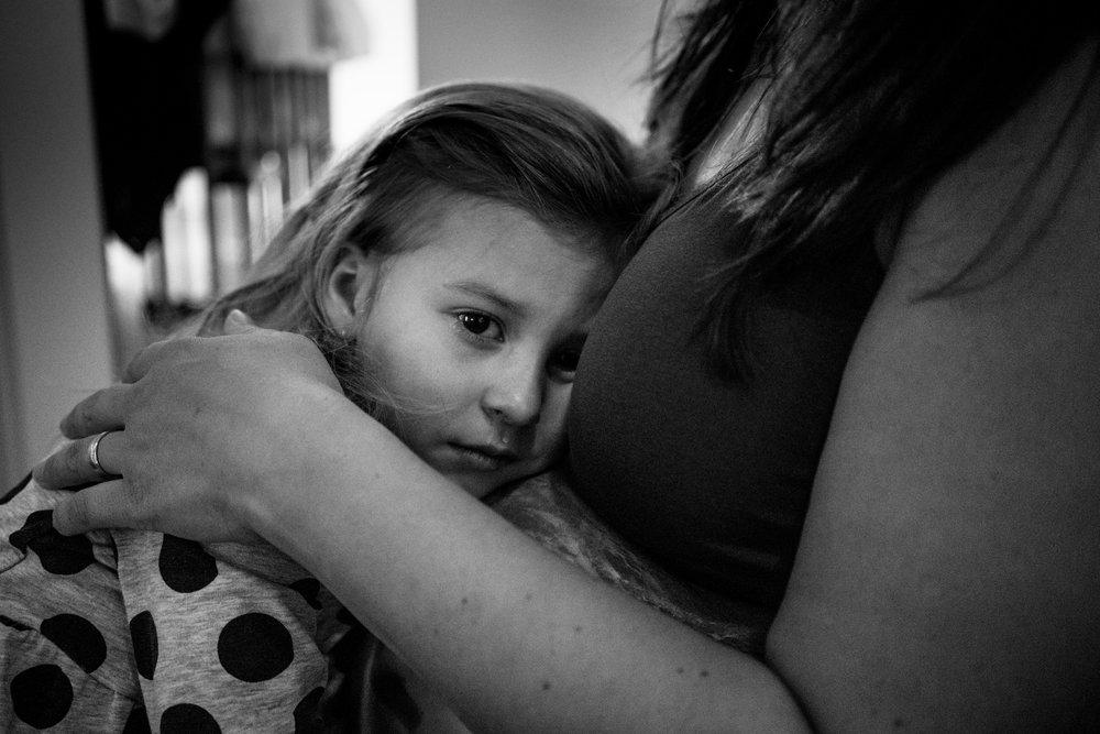 Eines meiner liebsten Familienfotos - weinendes Mädchen wird von ihrer schwangeren Mama getröstet
