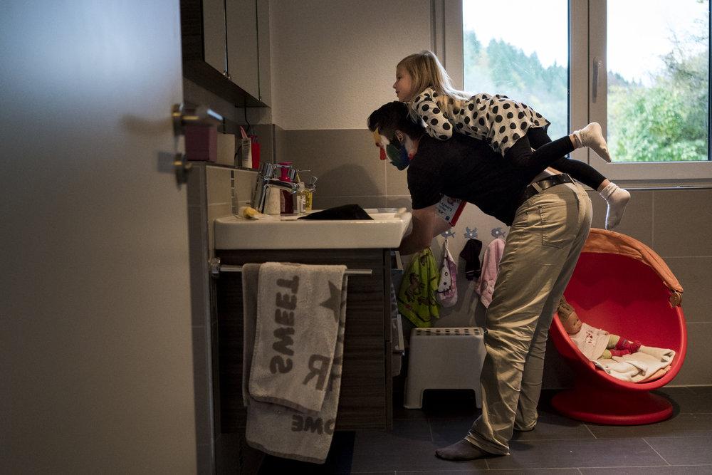 Eines meiner liebsten Familienfotos aus einer Familienreportage - Papa trägt drinnen seine Tochter auf dem Rücken