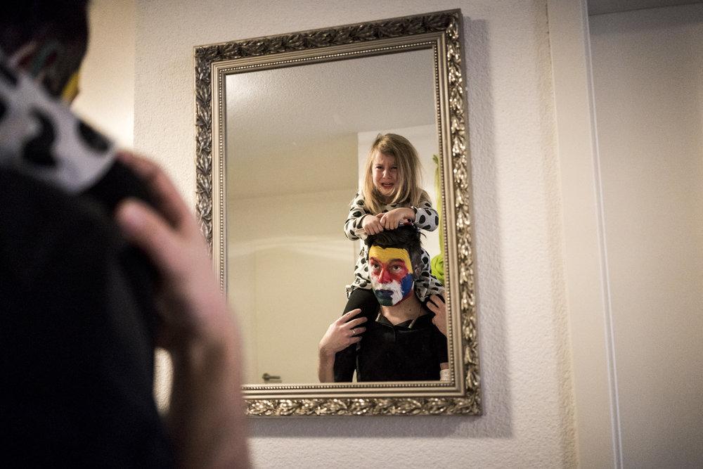 Eines meiner liebsten Familienfotos aus einer Familienreportage - Tochter schaut sich mit ihrem geschminkten Papa im Spiegel an