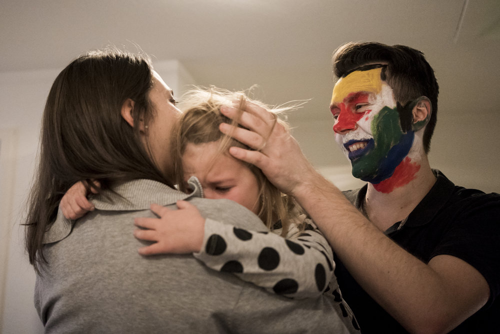 Eines meiner liebsten Familienfotos - schwangere Mama tröstet Tochter gemeinsam mit Papa