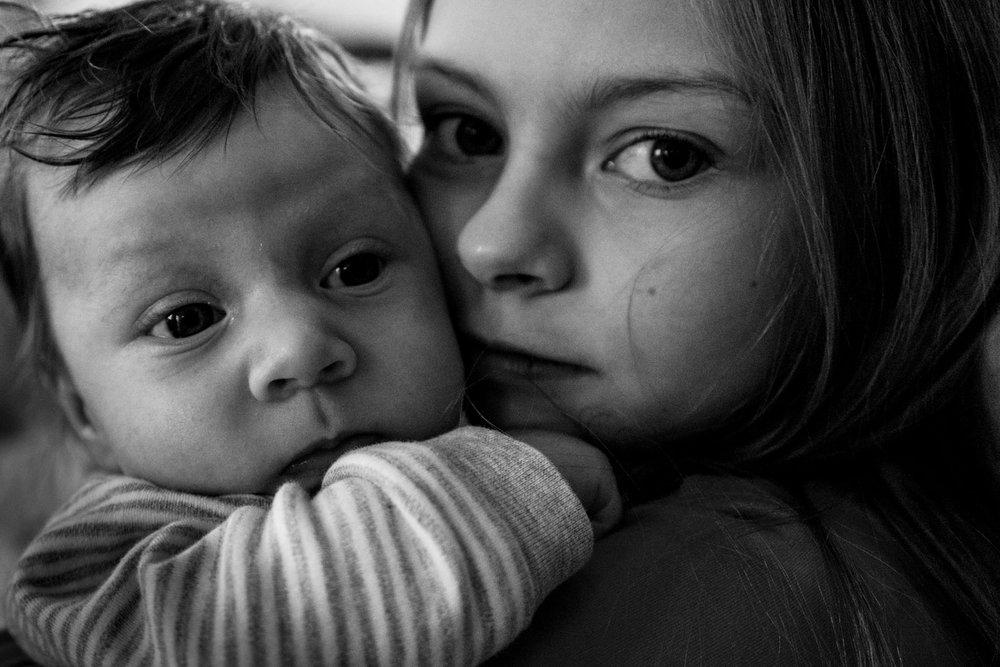 Copy of Babyfotos - mal anders - Freiburg - Familienfotografin zeigt Neugeborenenreportage - Mädchen mit ihrem kleinen Bruder