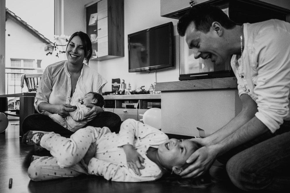 Copy of Babyfotos mal anders - Freiburg - Familienfotografin zeigt Neugeborenenreportage