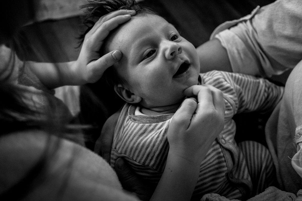 Babyfotos - mal anders - als Neugeborenenreportage - das zeigt euch Familienfotografin Julia Erz mit einer ihrer besten Familienfotos, die zuhause bei der Familie entstanden sind.  Die Art und Weise der   Familienfotografie  , wie Julia Erz ihre Arbeitsweise beschreibt, ist rein dokumentarisch. Das heisst, es gibt kein Posing, kein Zurechtrücken in das richtige Licht. Ihr könnt ganz ihr selbst sein! Es entstehen Familienfotos, die nicht nur ein Geschenk an euch sind, sondern auch an eure Kinder.  Julia Erz arbeitet hauptsächlich in Süddeutschland (Freiburg, Offenburg, Stuttgart, Lörrach). Sie reist aber auch sehr gern und ist deutschlandweit buchbar.