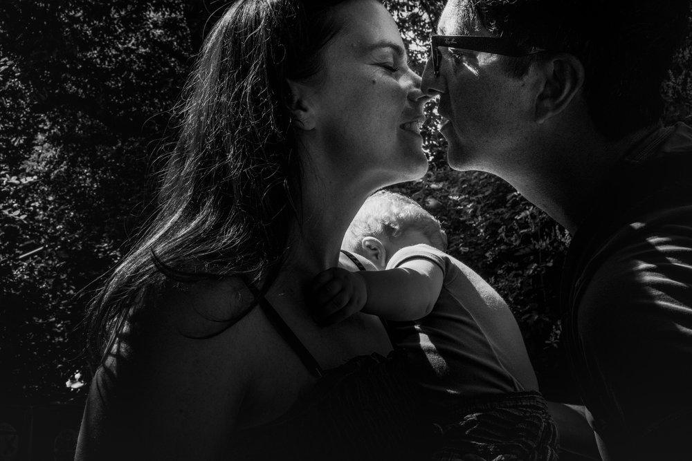 Eine Familienreportage im Sommer im Großraum Stuttgart! Familienfotografin Julia Erz zeigt Bilder eines heissen Sommertages. Im Rahmen der dokumentarischen Familienfotografie entstehen herrlich wunderbar entspannte Familienfotos.