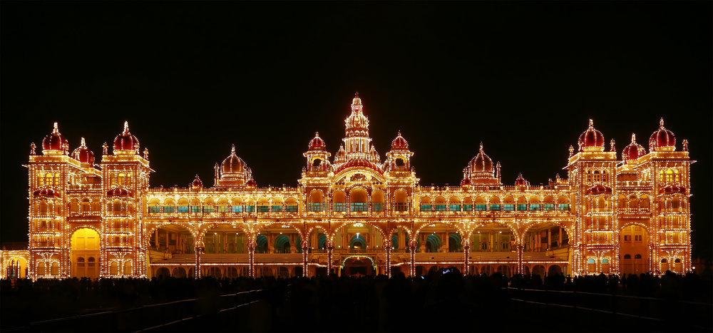 Mysore_palace_illuminated.jpg