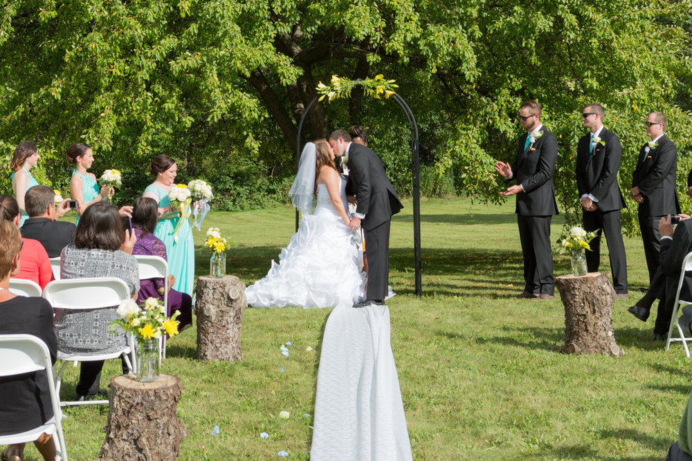 wedding_kiss_outdoor_barrington