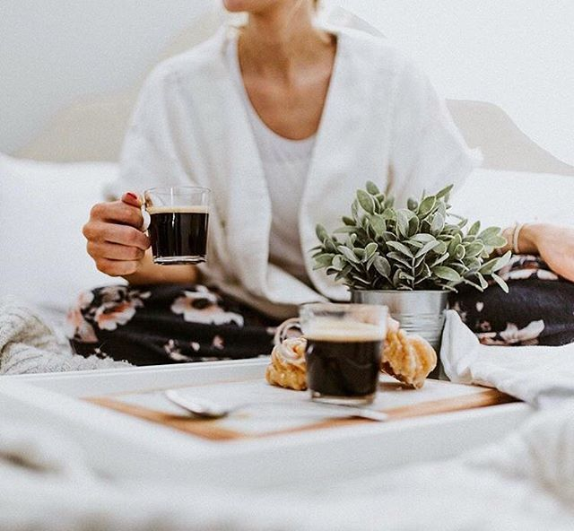 Coffee fans, raise your mug for #NationalCoffeeDay! Tell us with who are you going to share a coffee today? ☕️ // Amateurs de café, levez votre tasse pour le #NationalCoffeeDay! Dites-nous avec qui allez-vous partager un café aujourd'hui? ☕️ ©️📷: @byangelaprice . . . #nationalcoffeeday #coffee #nespresso #saturday #slowmorning #morninginbed