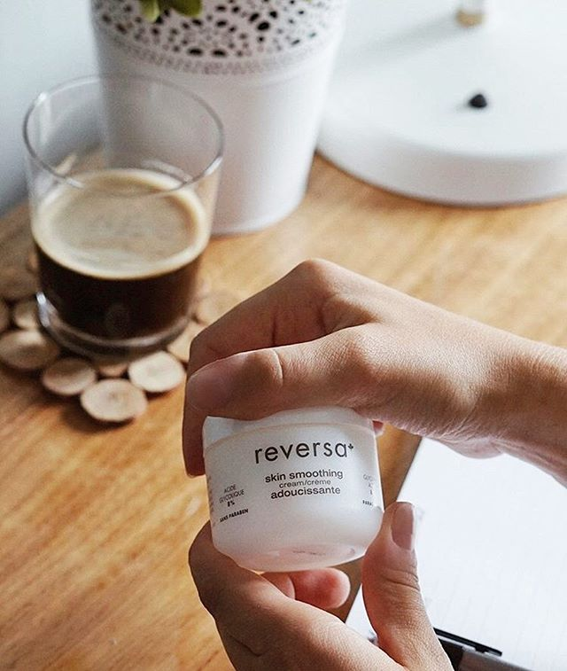 Prendre un café et dorloter sa peau, la combinaison parfaite! // Coffee and pampering go hand in hand so perfectly!  #regram @reversa_canada 💛  Saviez-vous que votre peau perd en moyenne 500 ml d'eau par jour ?  Les bienfaits de l'hydrater au quotidien sont multiples :  réduit le teint terne protège sa peau des agressions extérieures ralenti le vieillissement cutané évite le dessèchement et inconfort de la peau  Une étape à ne pas négliger! 💫Did you know that your skin loses 500 ml of water on average everyday? The benefits of moisturizing on a daily basis are numerous:  diminishes dull complexion protects your skin from external aggressions slows skin aging prevents skin dryness and discomfort  Moisturizing, a step that should not be skipped! ©️📷: @reversa_canada . . . #reverscda #soindelapeau #adoucissant #beauté #vegetalien #quebec #faitauquebec #canada #soin #naturel #bienêtre #peauradieuse