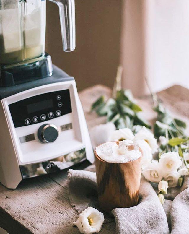 Cette recette de mocktail @vitamixca signée @1ou2cocktails a l'air tout simplement délicieuse! On a juste le goût de se fermer les yeux un petit moment et se faire à croire que nous sommes au spa dans les Caraïbes! #wewish 🍹🌴✨ . Aloha Aloe 🌿  4 oz Aloe Vera  1 demi-Pomme verte 1.5 oz Jus de Lime 1 oz Miel d'agave 1 Blanc d'oeuf . . . #feedyourlife #vitamix #vitamixcanada #mocktail #recipe #drink #january #healthy #aloha