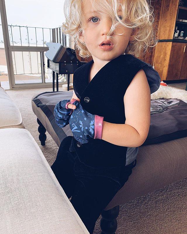 He finally got dressed. And this is what he wore. Black velvet + purple fingerless gloves. 🕺🏼