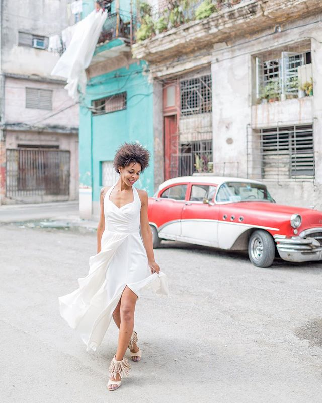 This was one of my favorite shots from my trip to Cuba. Because I focus on weddings and real couples, I rarely work with models and oh man was it a treat! This lovely human knew exactly what angles to rock and gave bridal a whole new edge. 🔥The thing that breaks my heart about this image is that she has no way of seeing it. No internet or computer to access leaves some Cubans disconnected from our world. A print of this gem will be the only way for me to gift her this portrait. It certainly gives you perspective. Could you imagine trying to make it as an entrepreneur without internet? 👗: @cathyebrada Ebrada Altier