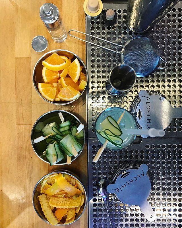 Cucumber is still in season!🥒 • #cocktails #highend #catering #cateringnyc #cocktailcatering #cocktailcateringnyc #nyccatering #nyccaterer #caterer #cucumber #orange #alchemiq #zukowiec #alchemiqevents