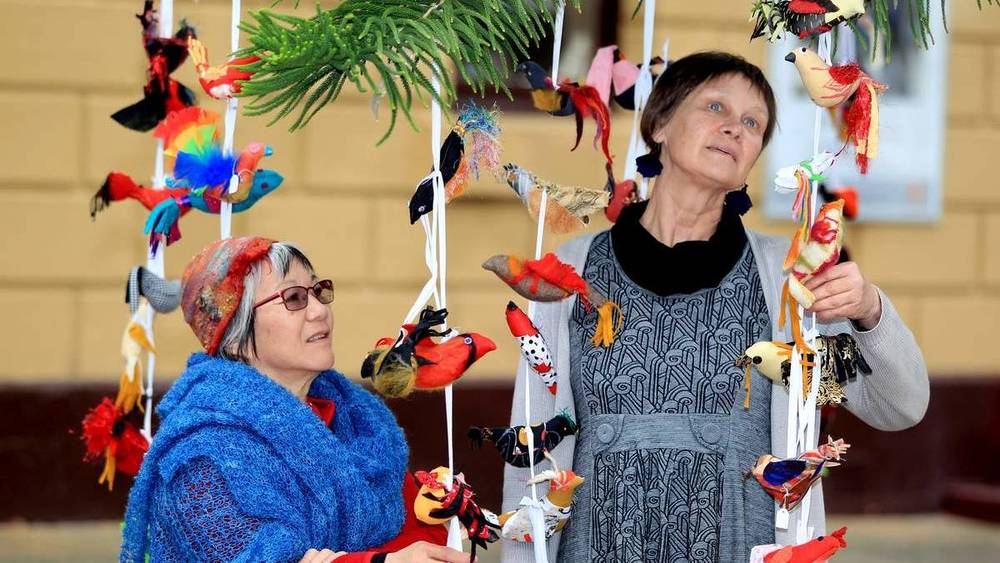 Fibre Artists Anne Kempton and Wilma Simmons hanging birds in Hunter Street to raise awareness to Domestic Violence. Pic: Phil Hearne