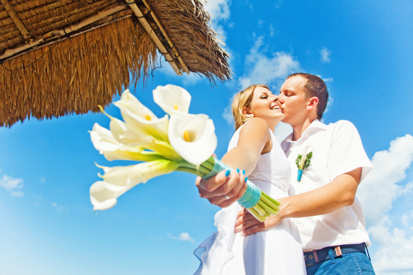 maui-wedding-flowers-couple-beach.jpg