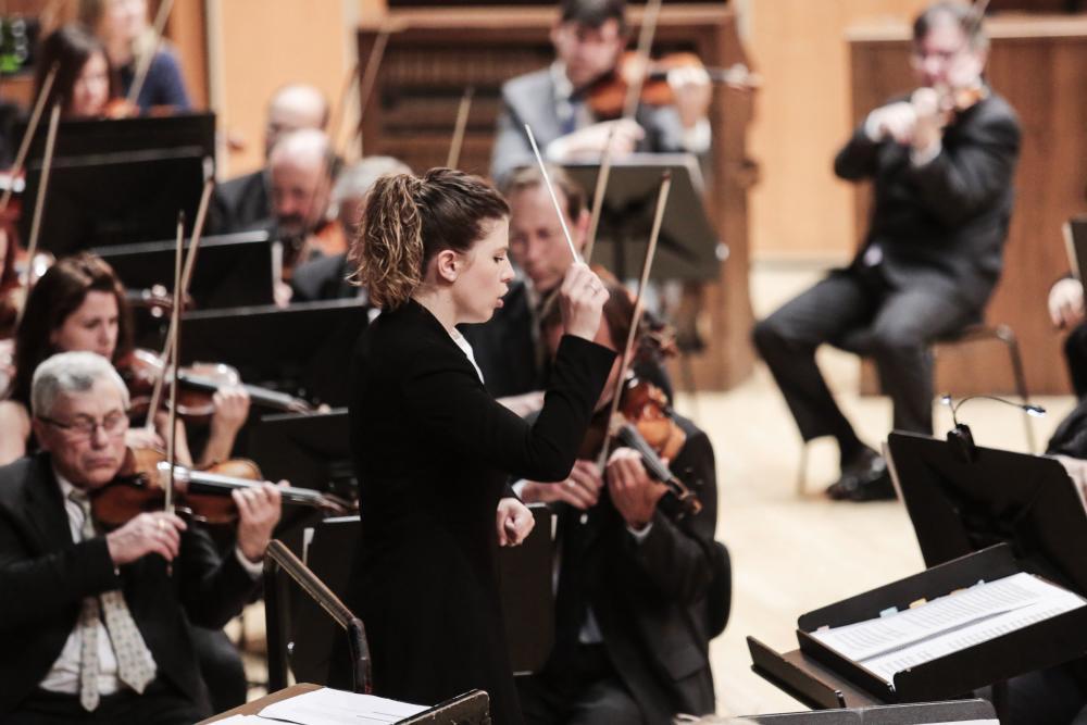 Periódico El Comercio - Un enorme reto para los músicos de la OSPA, liderados en esta ocasión por la joven directora sevillana Irene Gómez-Calado -