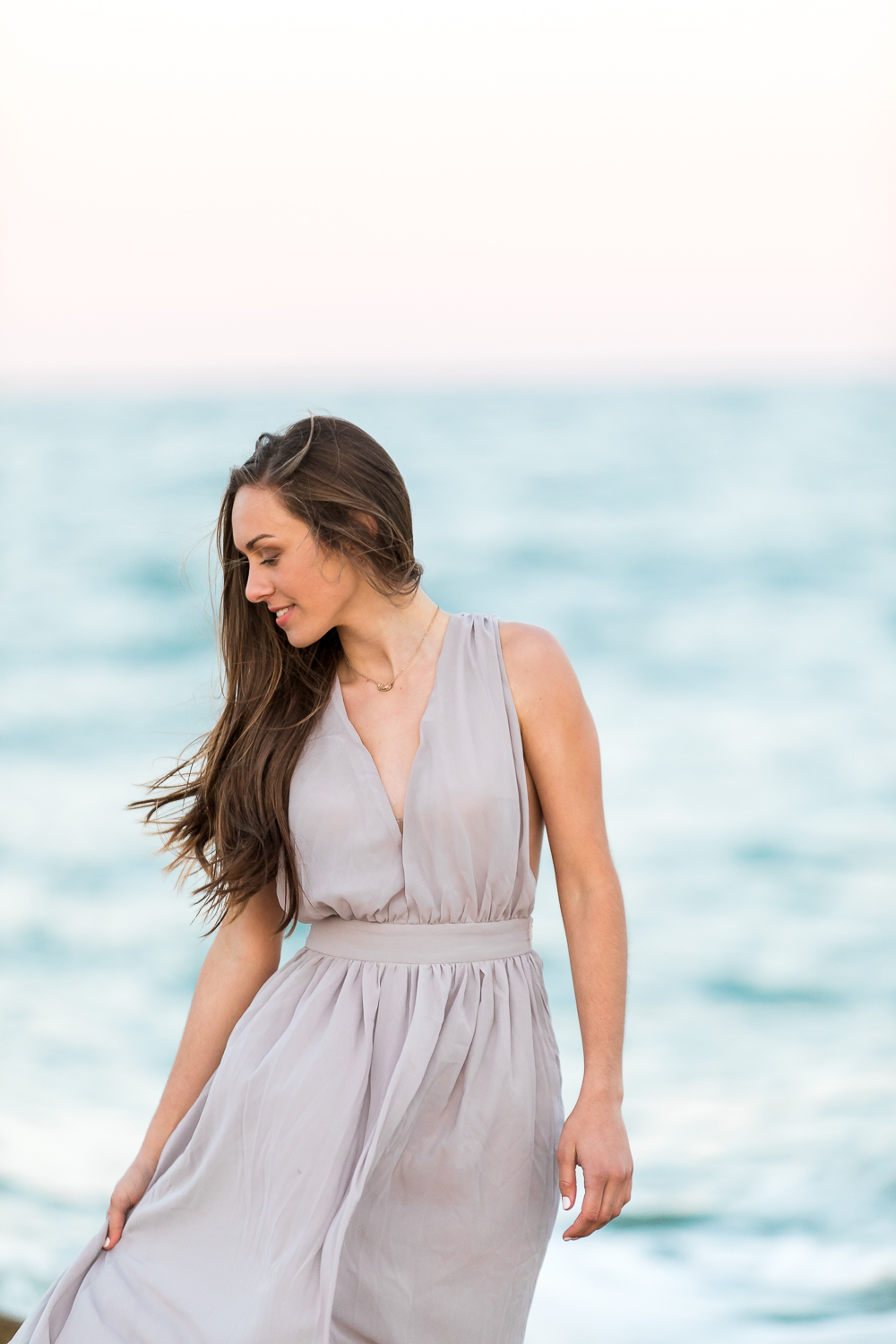 Senior girl picture and outfit ideas for a beach photoshoot