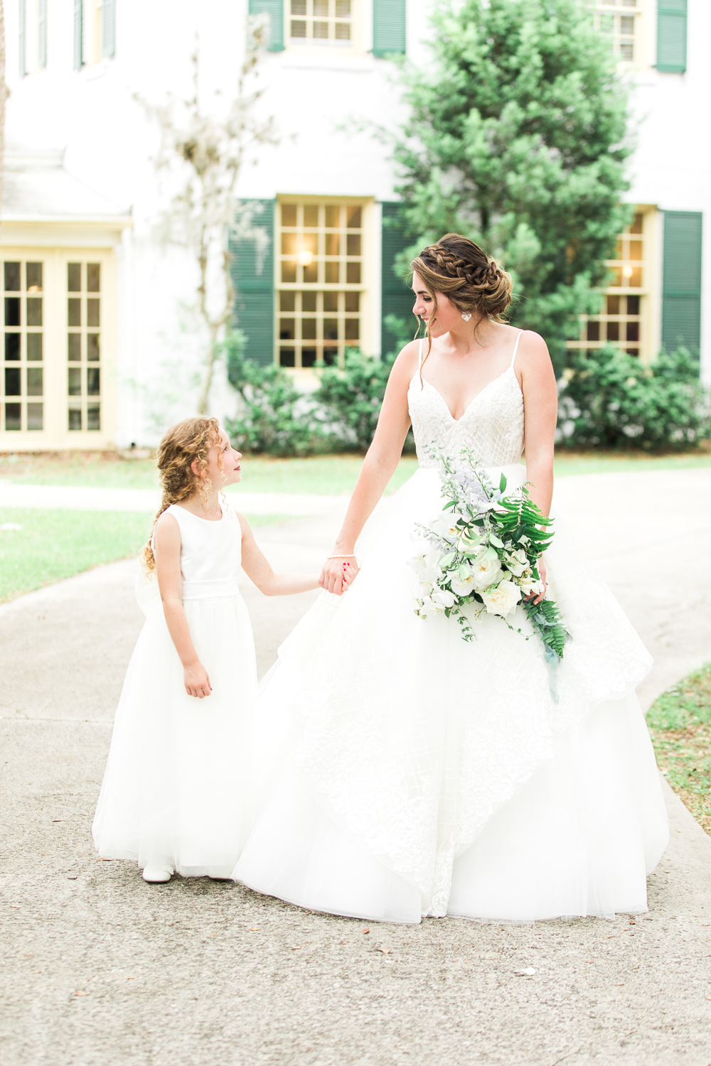 bride and flower girl picture ideas