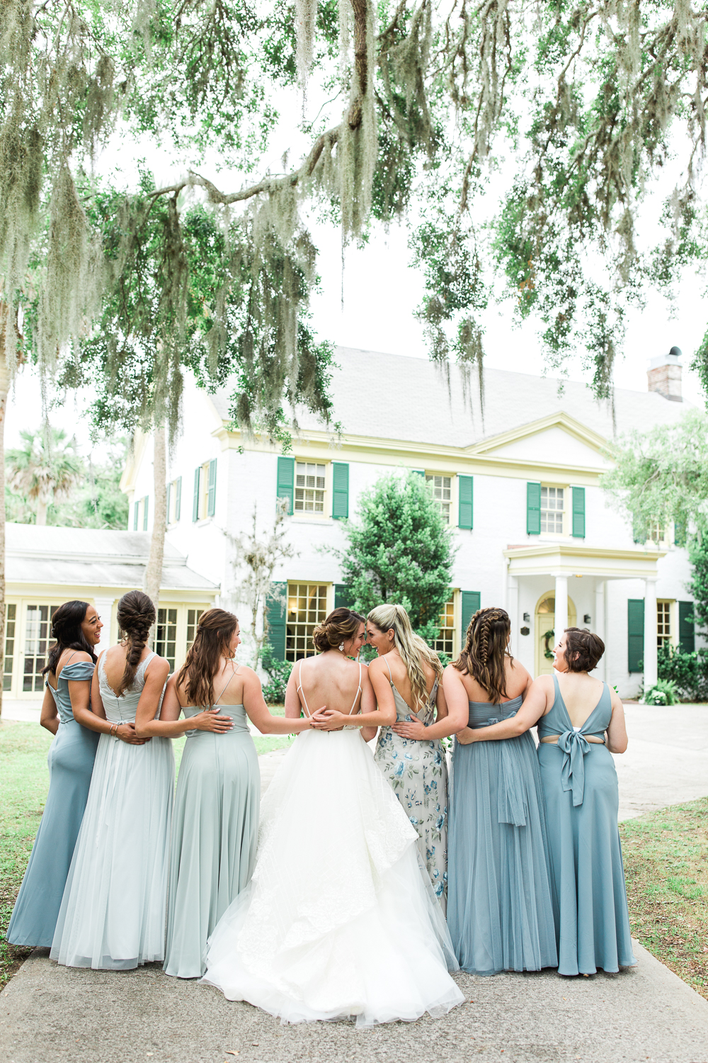 bride and bridesmaids picture ideas
