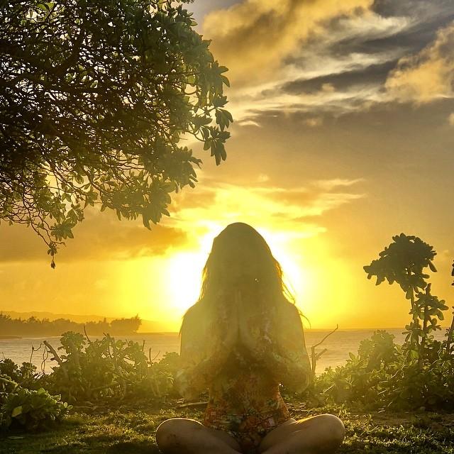 """Existe uma luz, uma luz que nunca se apaga. """"Om hreem hamsa so ham swaha""""  Esse foi o meu mantra nesse ano que passou, esse mantra nos lembra que todos nós somos luz e que essa luz NUNCA se apaga, e a luz DELA está brilhando dentro de nós! ✨ Hoje completamos 1 ano sem ela... 1 ano sem aquela risada vibrante que só ela tinha... 1 ano sem o abraço dela... 1 ano sem os conselhos dela... 1 ano difícil... A saudade é muito grande, mas eu sei que ela está entre nós, nos nossos corações pra sempre! Nós te amamos pra sempre Becky! Amor enterno, saudade infinita! 💙 * There is a light that never goes out, there is a light. """"Om hreem hamsa so ham swaha"""" This is the Mantra to the Supreme Light, this mantra brings us into the Divine and into the inner light and causes it to resonate in our body, breath, speech and mind. This was my mantra this year, to remind myself that HER light is always shining inside of us, and to bring HER presence into our hearts. 1 year without her... 1 year without her vibrant laugh... 1 year without her warm hug... 1 year without her wise advices... 1 tough year... We miss her so much, but we know that she is with us, always! We love you FoRever Becky! 💙 #eternallove #weloveRebeccaforever #thereisalightthatnevergoesout #wearelight"""