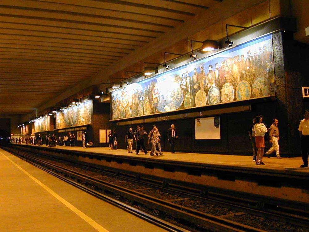 Aquí una linda foto de gente esperando el metro