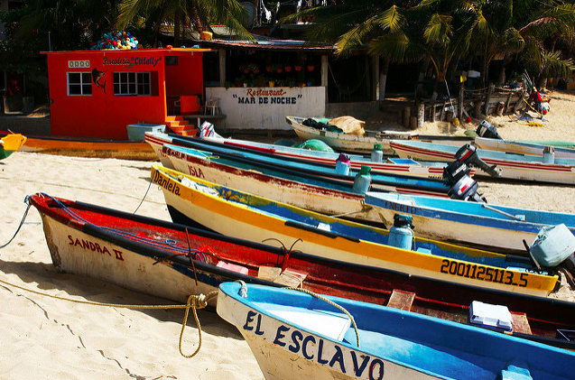 Lanchas en Puerto Ángel