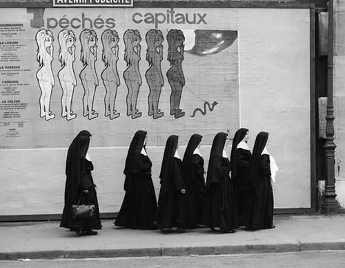 Hay algo inquietante y divertido en la fotografía de René Maltête