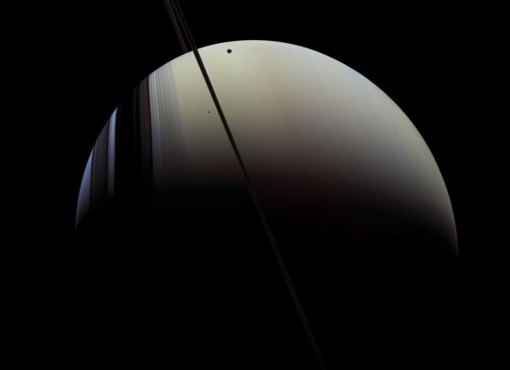 Saturno con dos de sus lunas, Mimas y Tethys. 16 de julio de 2005