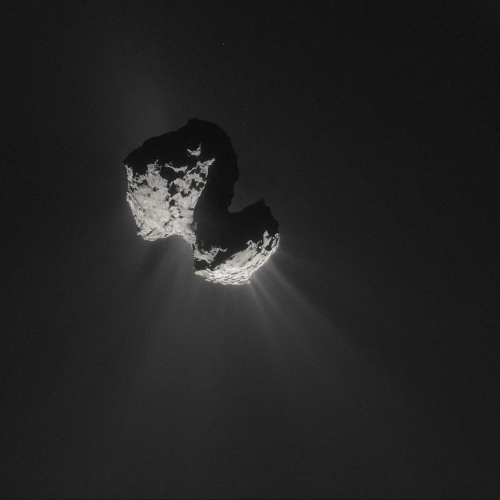 El cometa 67P/Churyumov-Gerasimenko emitiendo gas y polvo. 7 de julio de 2015