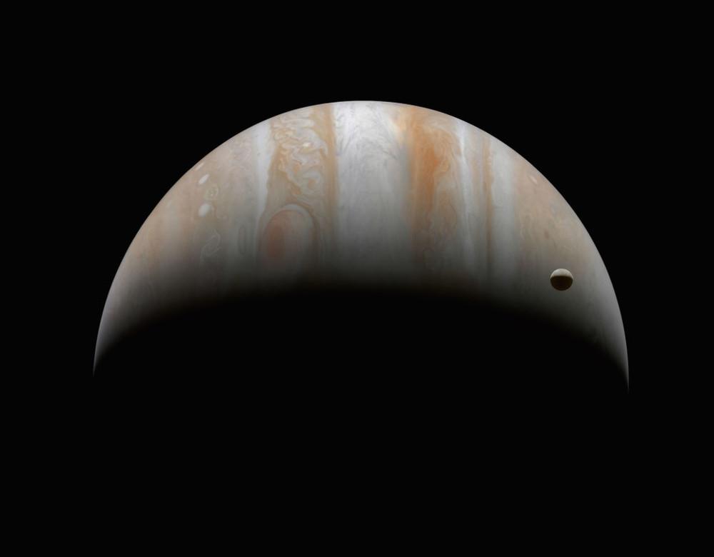 Júpiter y Ganymede, su luna más grande. 10 de enero de 2001