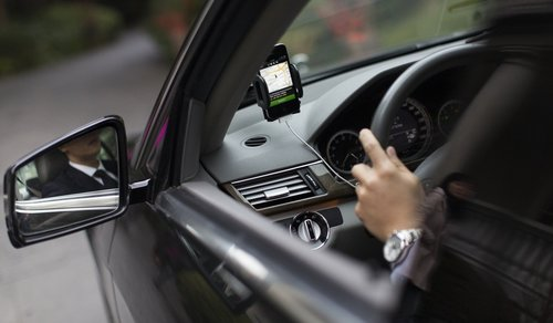 Uber reembolsará cobros excesivos y topará tarifa dinámica