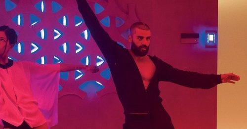 Ya sabemos lo que hacía diario Nathan en Ex machina. Aquí sus bailes desde Reggaeton hasta Mmmbop 😂😂