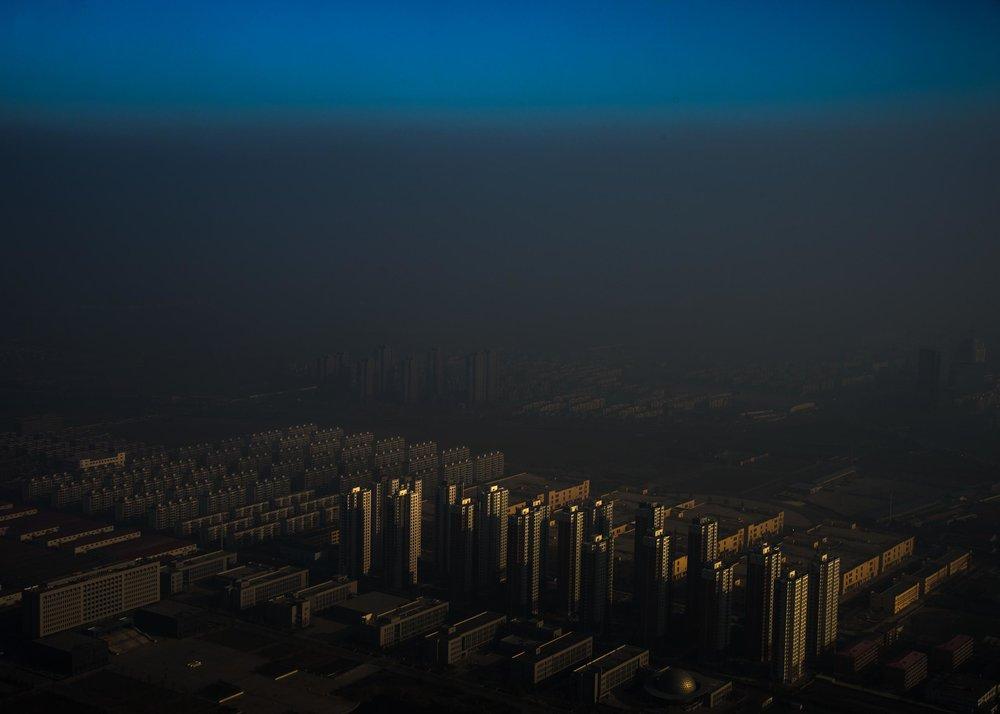 """""""Haze in China""""  Zhang Lei - China Primer lugar en categoría individual.  Descripción: Una capa negra de smog que se hace en Tianjin, ubicado en el noroeste de China."""