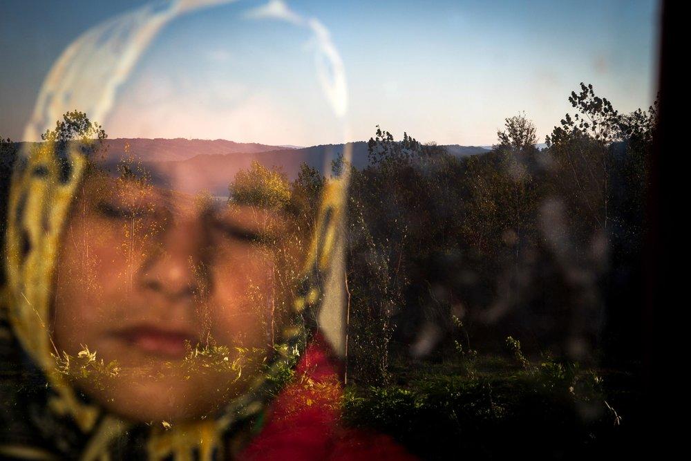 """""""Into The Light""""  Zohreh Saberi - Irán  Tercer lugar en categoría individual.  Descripción: Raheleh es una niña curiosa y soñadora de 13 años ciega de nacimiento que disfruta del sol a través de una ventana"""