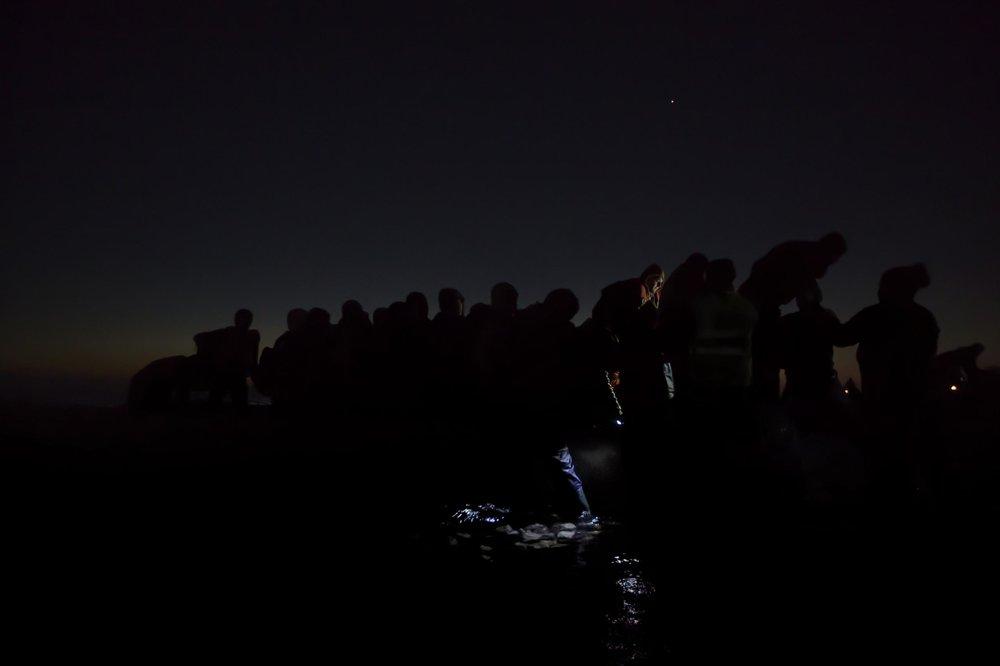 """""""Under the Cover of Darkness""""  Paul Hansen- Suecia  Segundo lugar en categoría individual  Descripción: En medio de la madrugada, voluntarios ayudan a refugiados a llegar antes de cruzar desde Turquía por bote a las Islas griegas de Lesbos"""