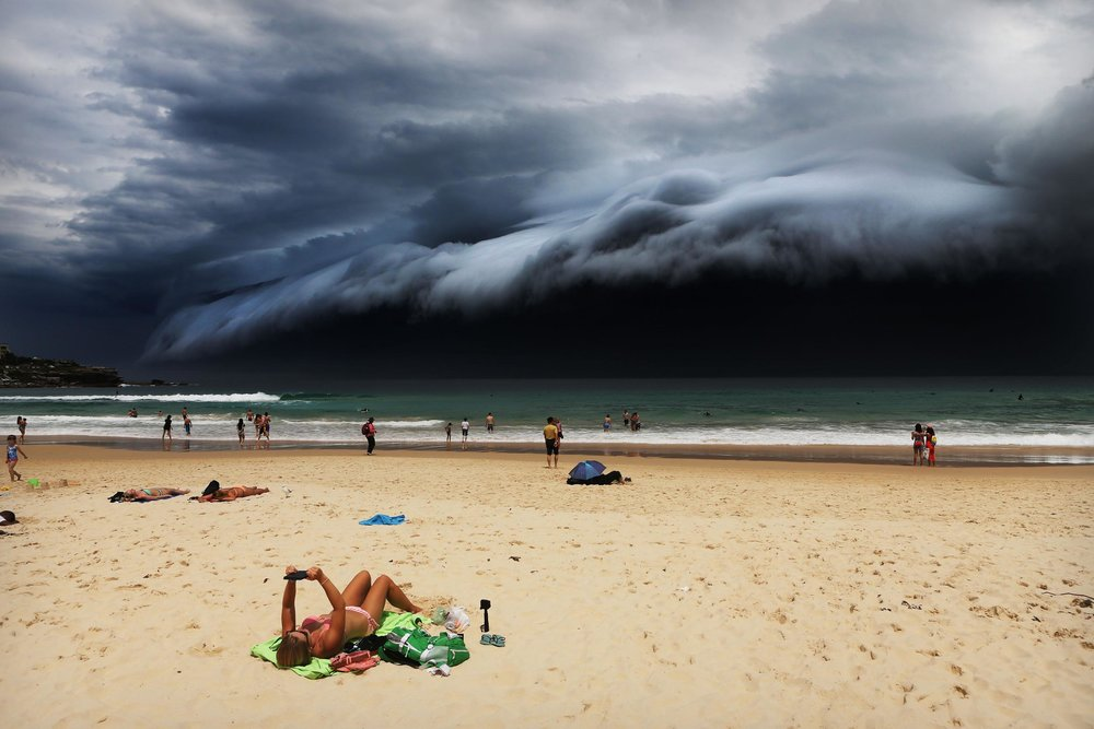 """Storm Front on Bondi Beach""  Rohan Kelly - Australia  Primer lugar en la categoria individual  Descripción: Una nube masiva oculta la playa australiana de Bondi Beach"