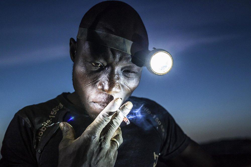 """""""Digging the Future""""  Matjaz Krivic - Eslovenia  Segundo lugar en la categoría individual.  Descripción: Arzuma Tinado es un hombre de 28 años que liderea a ocho mineros para excavar la artesanal mina de oro Djuga. 15 mil personas trabajan en esta área, entre más llegan a las profundidades los mineros se encuentran básicamente respirando polvo y se exponen diariamente al Mercurio y al Cianuro"""