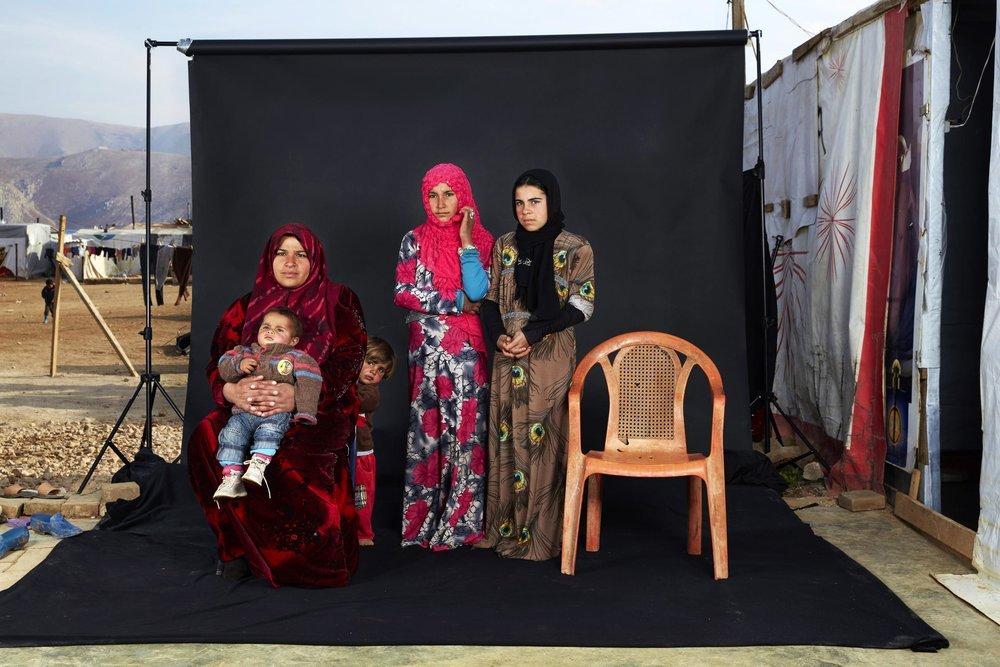 """""""Lost Family Portraits""""  Dario Mitidieri - Italia  Tercer lugar en la categoría individual  Descripción: Una familia Siria está instalada en un campo de refugiados en Beqaa Valley en donde hay más de 370 mil refugiados, Esta foto familiar tiene una silla vacía en representación ser querido que perdió la vida en el conflicto."""