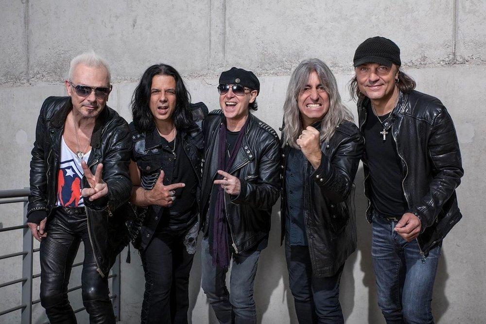 """Scorpions (viernes) - Scorpions es y será siempre el grupo de """"rock"""" que le gusta a tu tío por las baladas que tienen, himnos que seguramente alguna te sabes. Su estilo se ha reproducido miles de veces, cuesta trabajo diferenciarlos con los demás grupos pop rock de los ochentas. Pero esta banda alemana si algo ha creado es un legado, y siempre será importante el reconocimiento que se le ha dado en México a esta banda. Ya verán que los viejitos que vean en el festival estarán con su playera de Scorpions, orgullosos de verlos una vez más."""