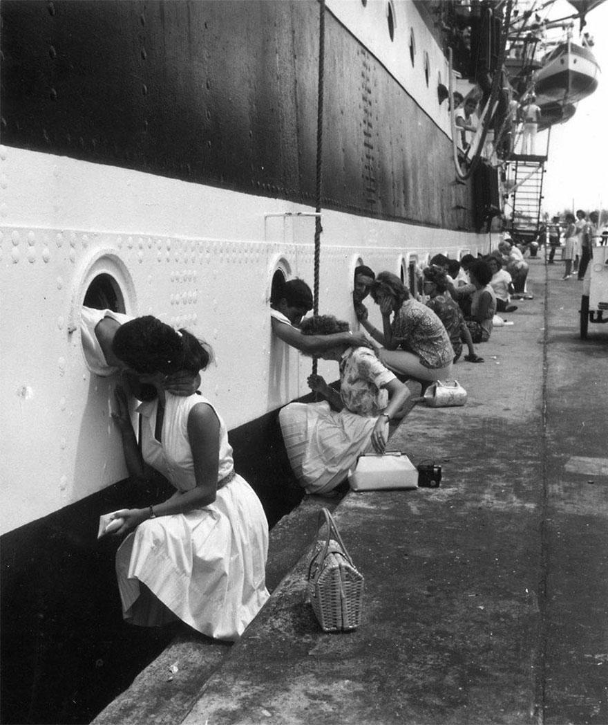 1963 - Soldados americanos teniendo su último beso para embarcarse hacia Egipto.