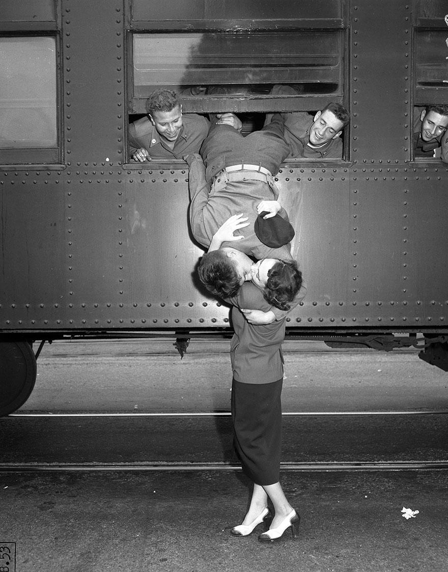 Septiembre 6, 1950 - En Los Ángeles inmortalizaron un gran beso de despedida ante la guerra de Corea.