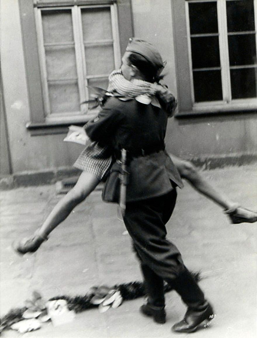 1940's - Un soldado llega a casa después de un pesado combate.