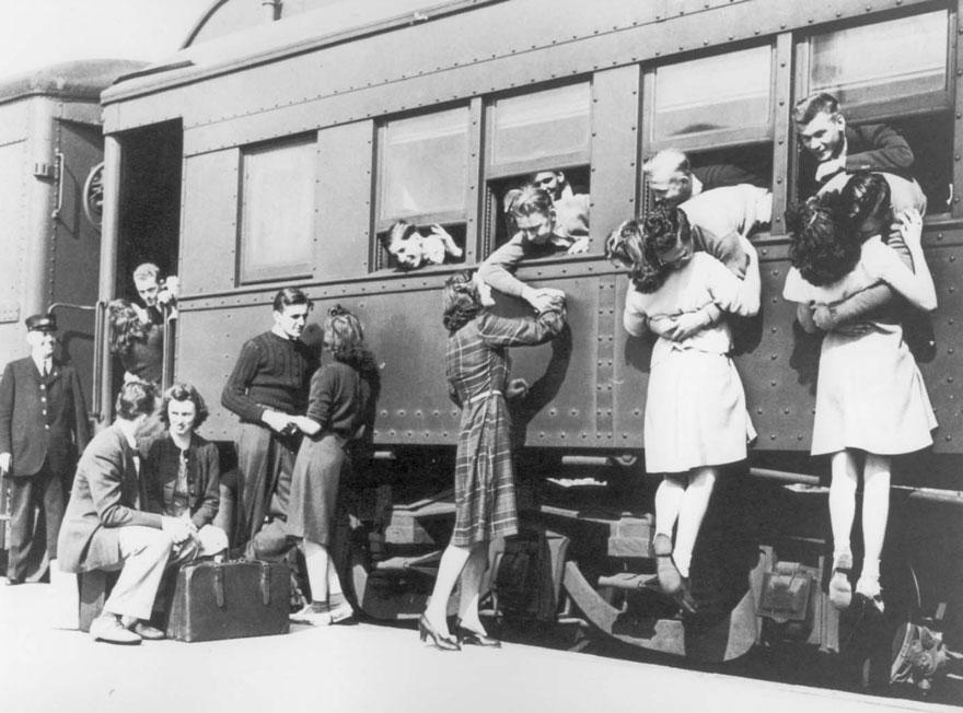 1940's - Mujeres despidiéndose en una estación de tren antes de enfrentar la Segunda Guerra Mundial.