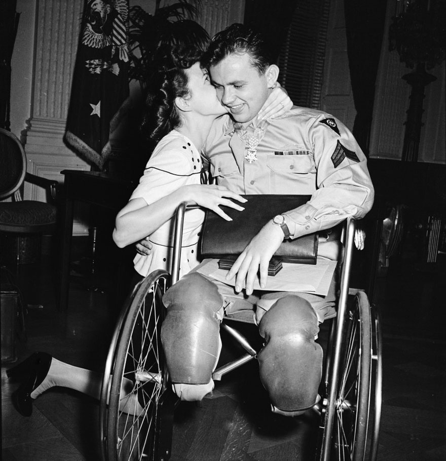 1945 - Jean Moore se hinca y le da un beso a su prometido veterano de la guerra que se encuentra en una silla de ruedas Ralph Neppel.