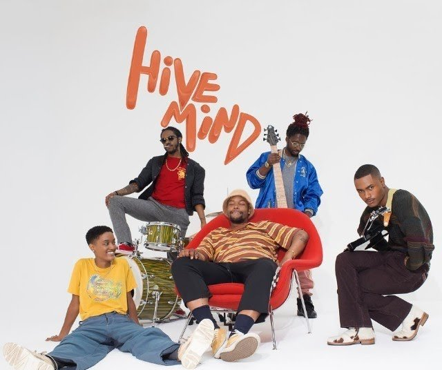 15. The Internet - Hive Mind - El cuarto álbum de los californianos es material del eterno delirio. La experiencia del colectivo ha demostrado con Hive Mind que el hip hop puede ser exquisitamente sofisticado, sin dejar de lado su identidad. Tomando una forma híbrida de funk y blues, mezclando guitarras suaves, un bajo protagonista, trompetitas, sonidos apenas perceptibles como el pandero y por supuesto la regocijante voz de Syd, son parte de la combinación que hacen brillar este álbum.