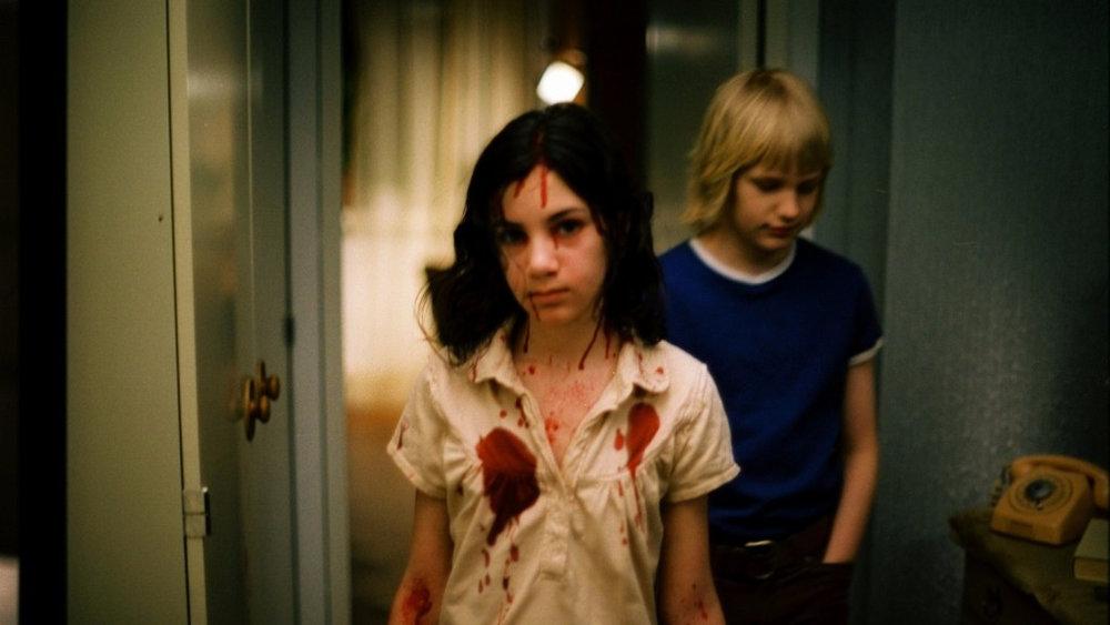 Let The Right One In (2008) - Una niña vampiro de 500 años y un niño de doce años se enamoran, esta película dirigida por Tomas Alfredson es un homenaje a la pérdida de la inocencia infantil de una forma siniestra y extraña. Imperdible. Les recomiendo no perder su tiempo con la versión gringa.