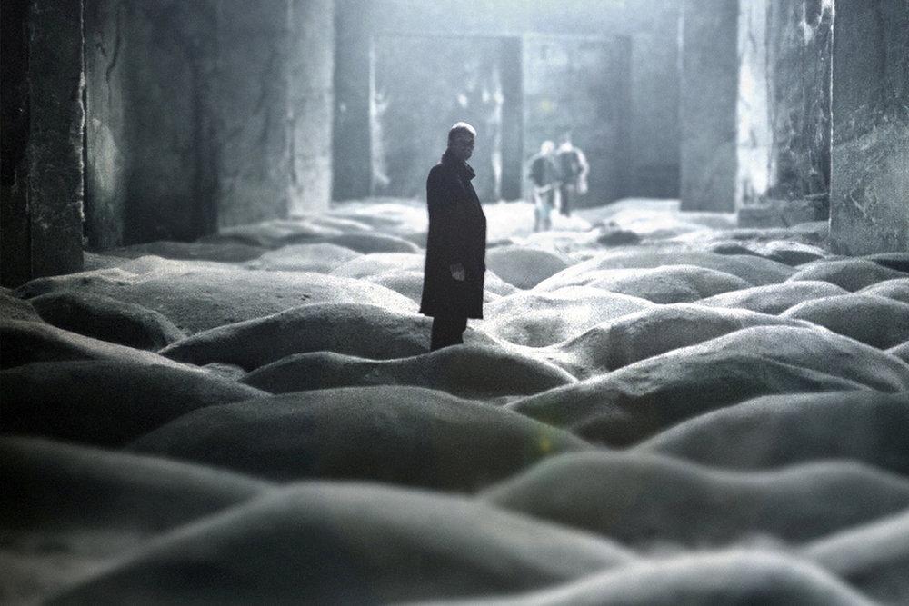 Stalker (1979) - Una de las películas de ciencia ficción más hermosas jamás filmadas, Stalker constituye la reflexión definitiva sobre la eterna disyuntiva del hombre: ¿En verdad queremos que nuestros deseos más primarios se hagan realidad? ¿En verdad sabemos cuáles son esos deseos? Un mindfuck imprescindible.Stalker es la cinta que mató a Tarkovsky (las condiciones de filmación junto a una planta de químicos que vertía sus toxinas al río donde se grabaron buena parte de las escenas cobraron factura años después en la muerte por cáncer de varios miembros del equipo, incluído Tarkovsky),