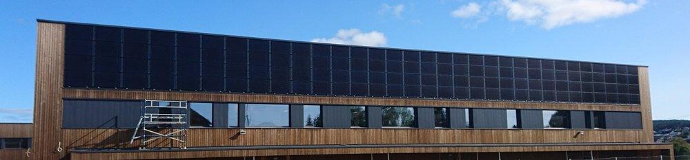 Bjørkelangen Skole sydvegg med solcelller 1 sept 2017.JPG