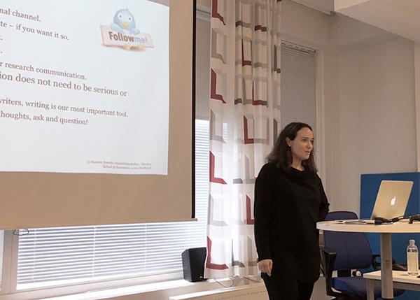 Annamari Huovinen vetämässä tutkijoille mediakoulutusta syyskuussa 2017. (Kuva: Kristina Heinonen)
