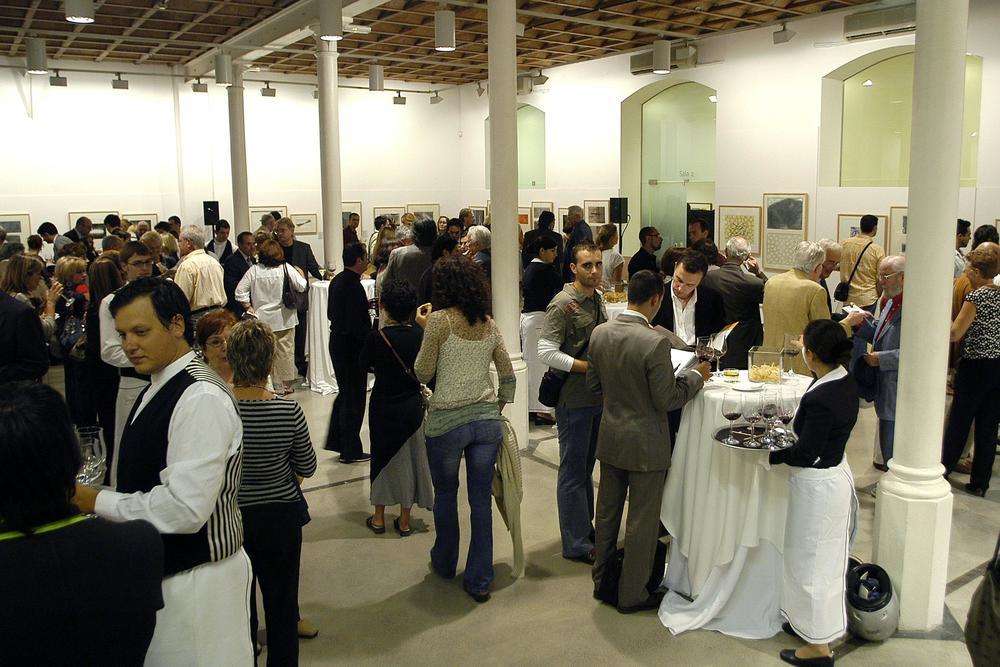 Sala-I-fragmento-con-público-en-Coctel-de-inauguación-exposición.jpg